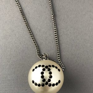 CHANEL Chain Necklace in Ruthenium and Pearl Pendant